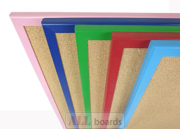 Nástěnka s barevným dřevěným rámem