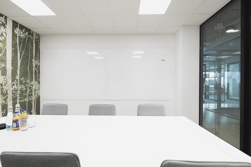 Bílá skleněná tabule-kanceláře
